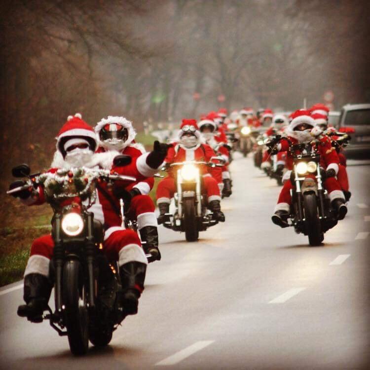 Riding Santas oder Nikoläuse auf Motorrädern